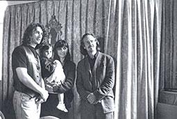 Zoran Bognar sa kćerkom Lunom i suprugom Mirnom i Peterom Handkeom; Petrarkini susreti, Minhen, Nemačka, 1999.