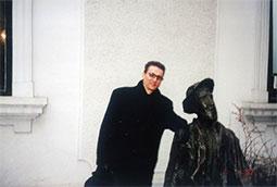 Zoran Bognar ispred kuće Đure Jakšića, Beograd, 2000.